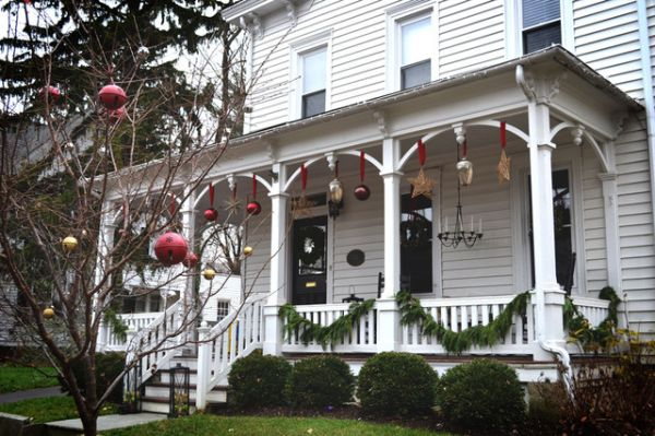 House decoration ideas christmas - Porches And Patios Dressed For Christmas Ideas And