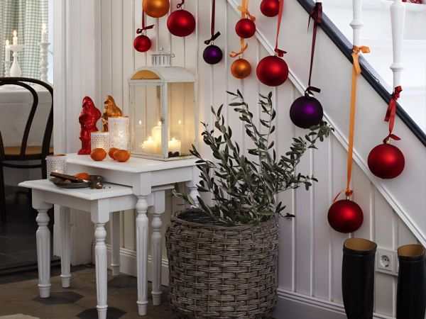 decorate the stairs for christmas 30 beautiful ideas - Christmas Decorating Ideas For Foyer