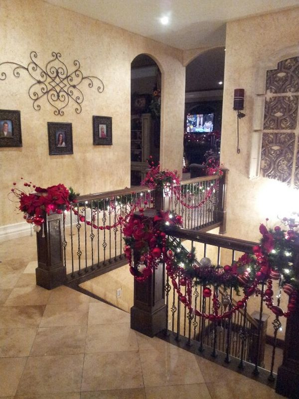 decorate the stairs for christmas 30 beautiful ideas. Black Bedroom Furniture Sets. Home Design Ideas
