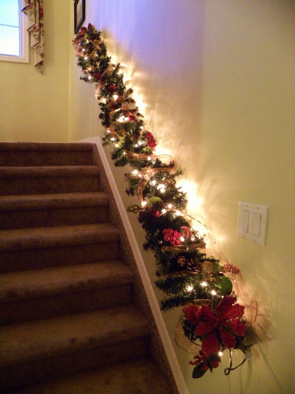Decorate the stairs for christmas 30 beautiful ideas for Stair railing decorated for christmas