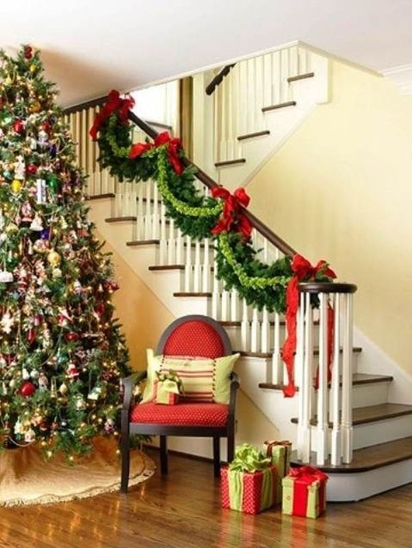 Decorate the stairs for christmas 30 beautiful ideas for Decorating your house for christmas