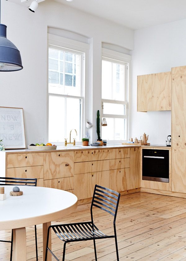Cozy melbourne apartment with white walls and wooden furniture for Agencement cuisine nice