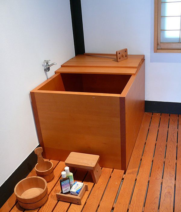 Deep soaking japanese bathtubs turn the bathroom into a spa for Small japanese bathroom design