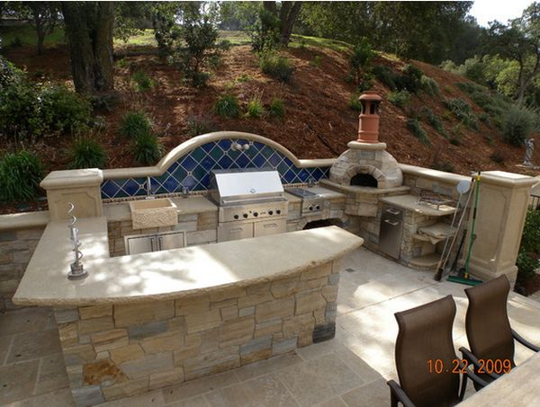 Outdoor kitchen designs featuring pizza ovens fireplaces for Outdoor stone kitchen designs