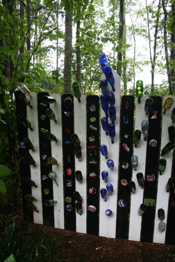 25 ideas for decorating your garden fence for Recycled decoration