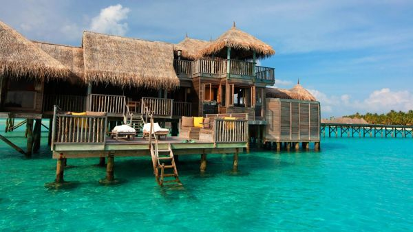 Stunning overwater bungalows around the world for a for Maldivas hotel bajo el agua