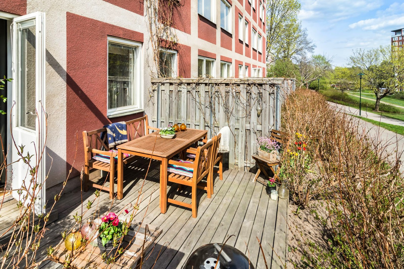 Sunny tiny ground floor apartment with complementary for Cool apartment patio ideas