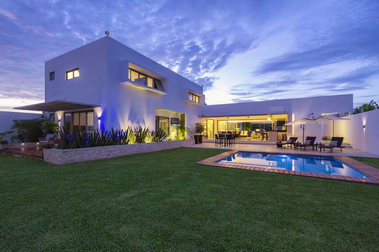 Casa kopche residence features the perfect indoor outdoor for Patios de casas modernas