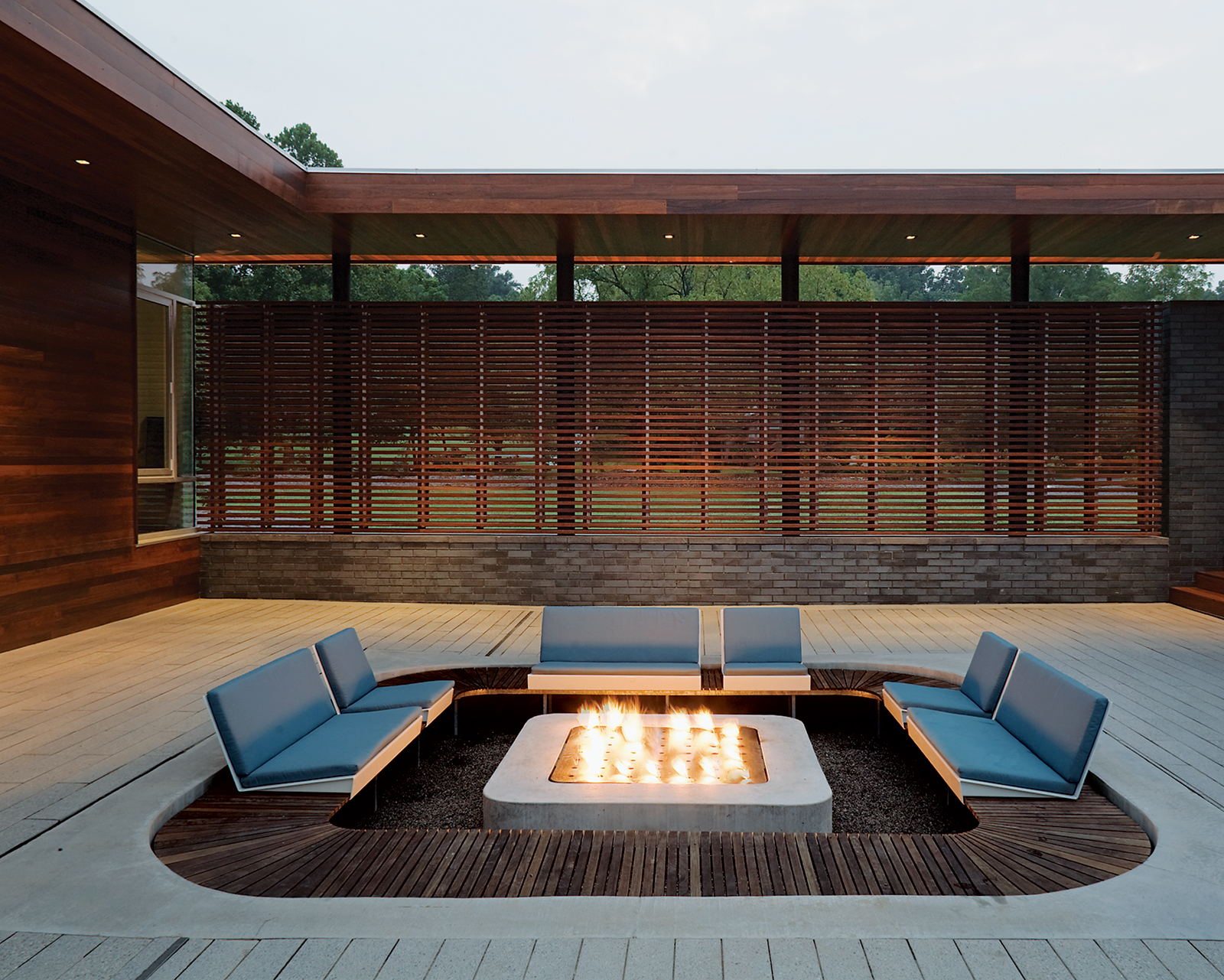 eye catching modern outdoor fireplaces turn the patio into a dreamy retreat. Black Bedroom Furniture Sets. Home Design Ideas