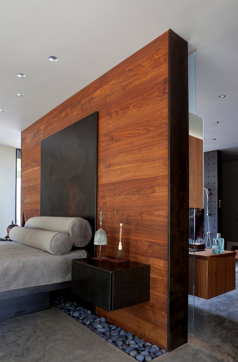 https://cdn.homedit.com/wp-content/uploads/2014/07/bedroom-wood-accent-wall-master-design.jpg