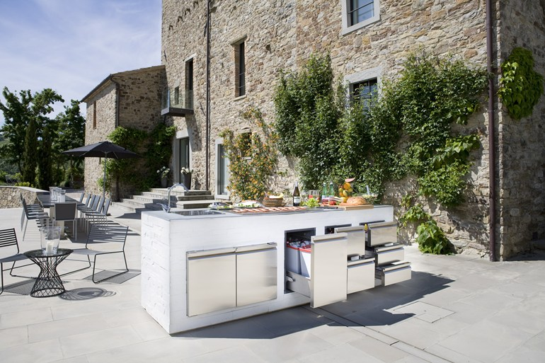 Step out to enjoy the beauty modern outdoor kitchens for Amenagement cuisine d ete