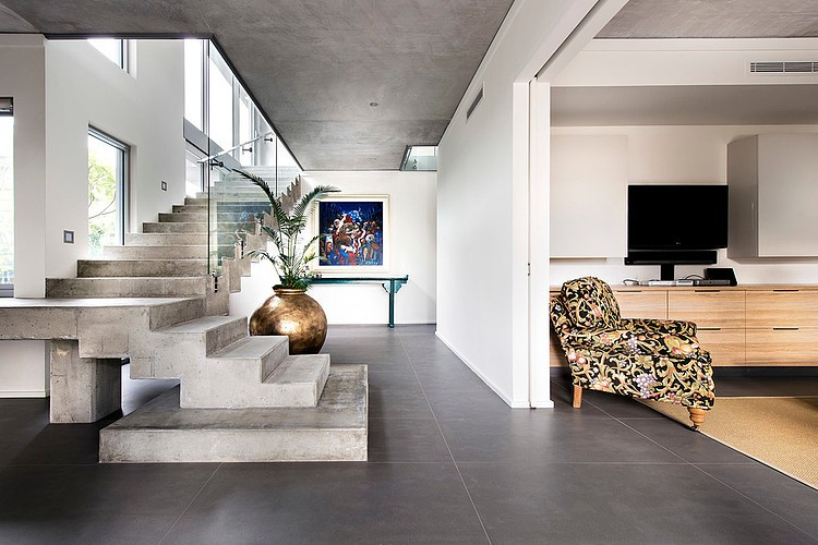 Modern rectangular house impresses with a splendid for Entree interieur maison moderne