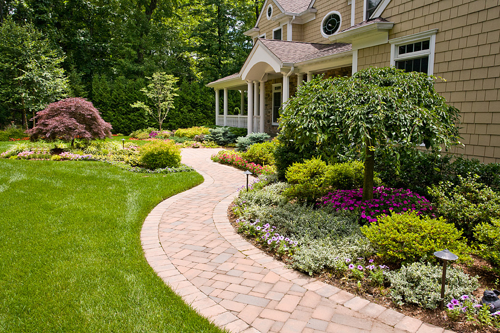Dos and don ts of front yard landscape for Backyard landscaping pictures