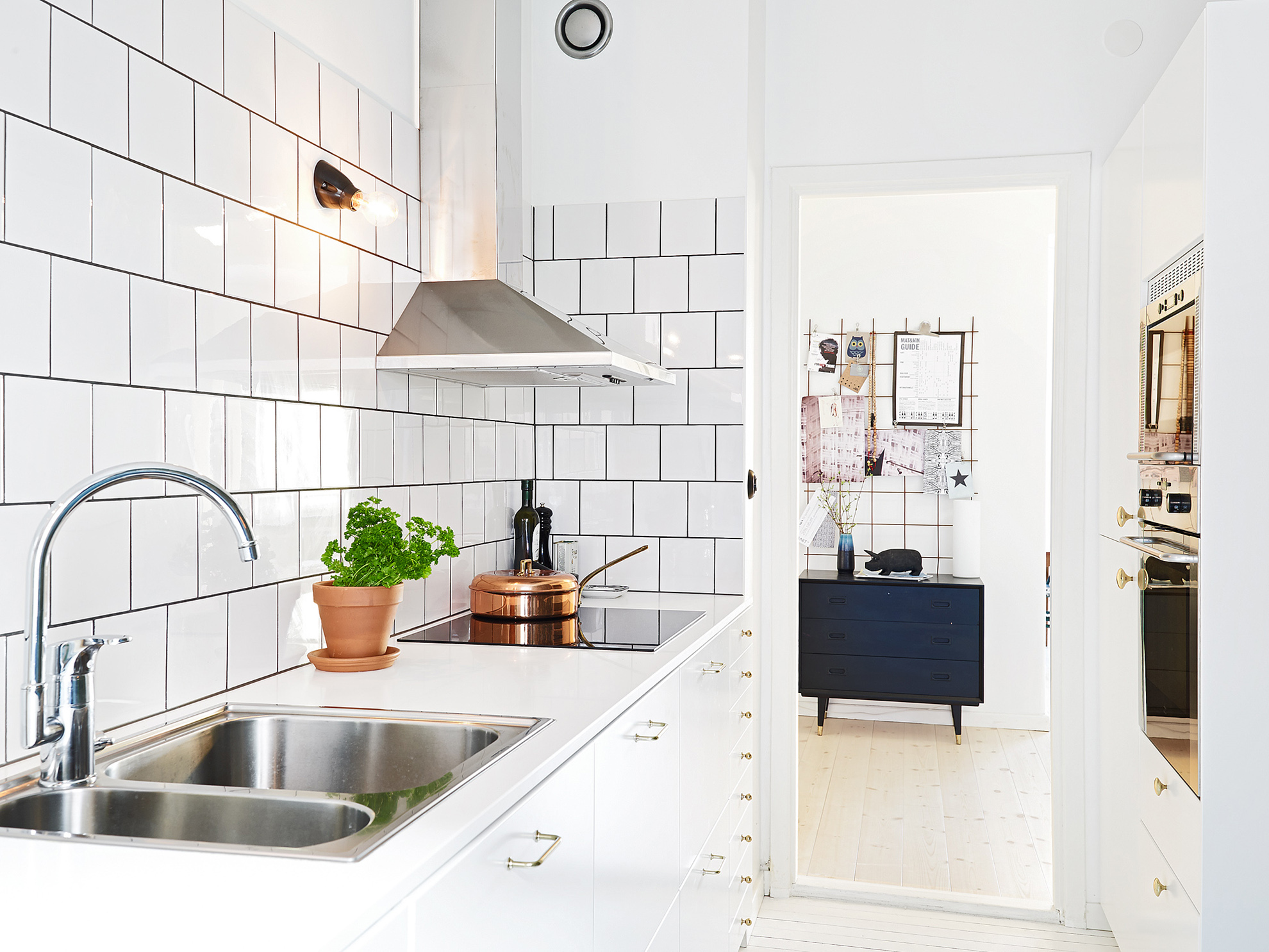 Kitchen subway tiles are back in style 50 inspiring designs by shape square tiles dailygadgetfo Image collections