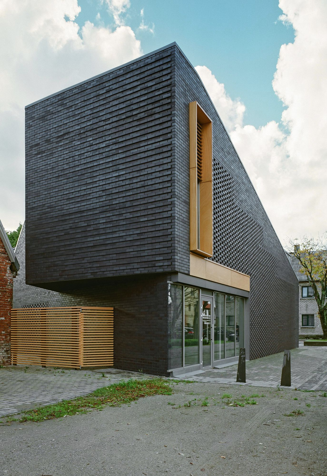 35 cool building facades featuring unconventional design strategiesCool House Facades #4