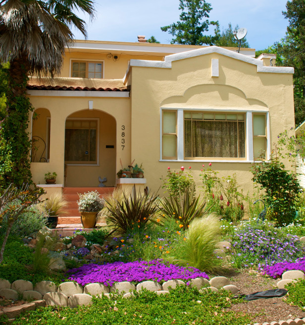 Curb appeal 20 modest yet gorgeous front yards for Landscaping a small area in front of house