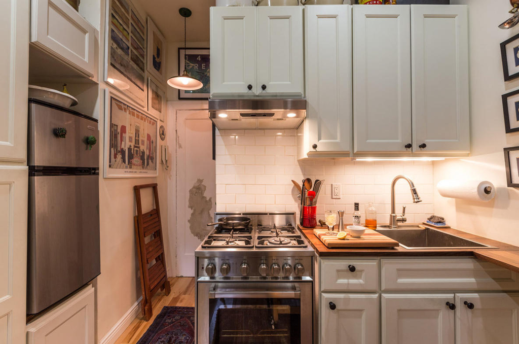 Couple turns a 22 sqm new york apartment into a cozy home for Nyc apartment kitchen ideas