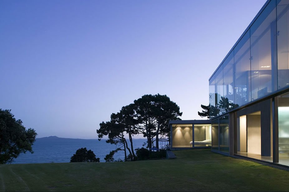 Cool Houses Clinging To Cliffs To Take In All The Beauty - An amazingly beautiful modern waterfront house from new zealand