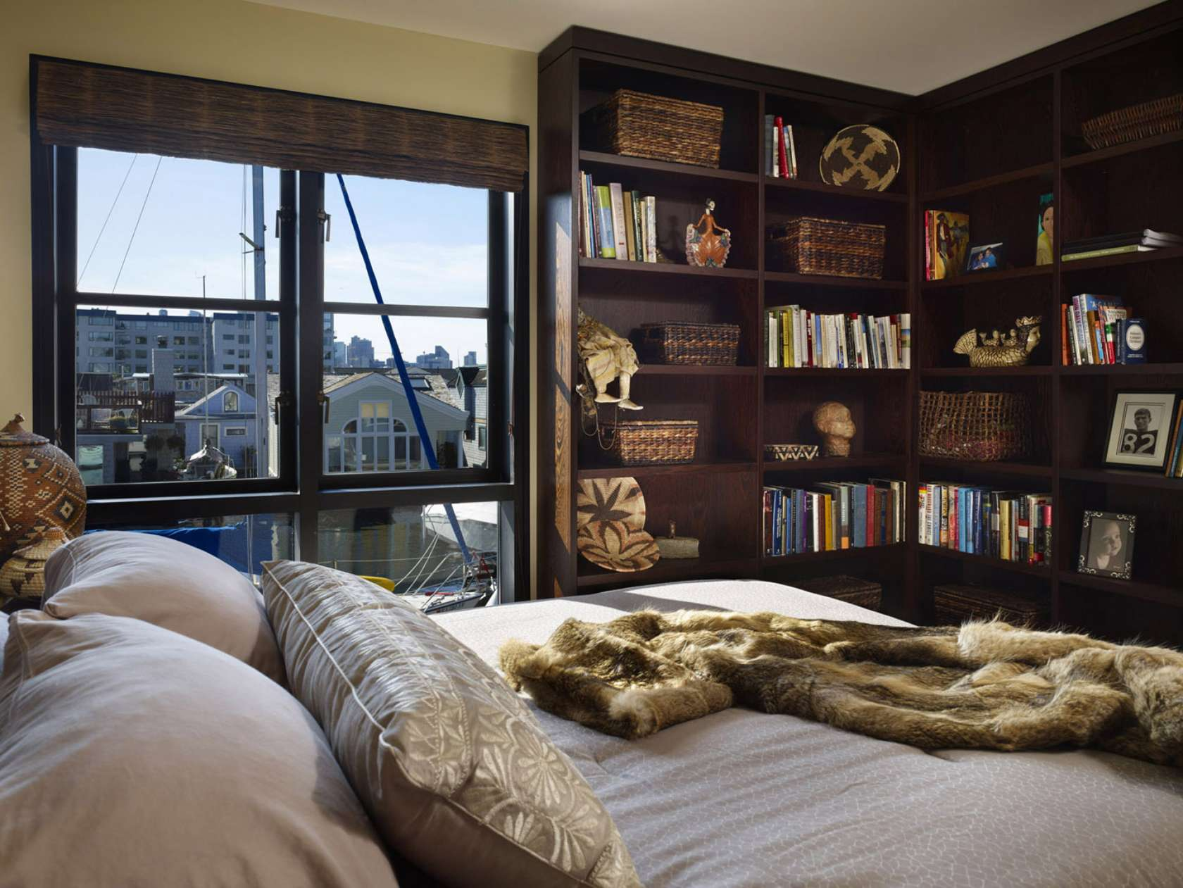 Clever ways in which a corner bookshelf can fill in the How to store books in a small bedroom