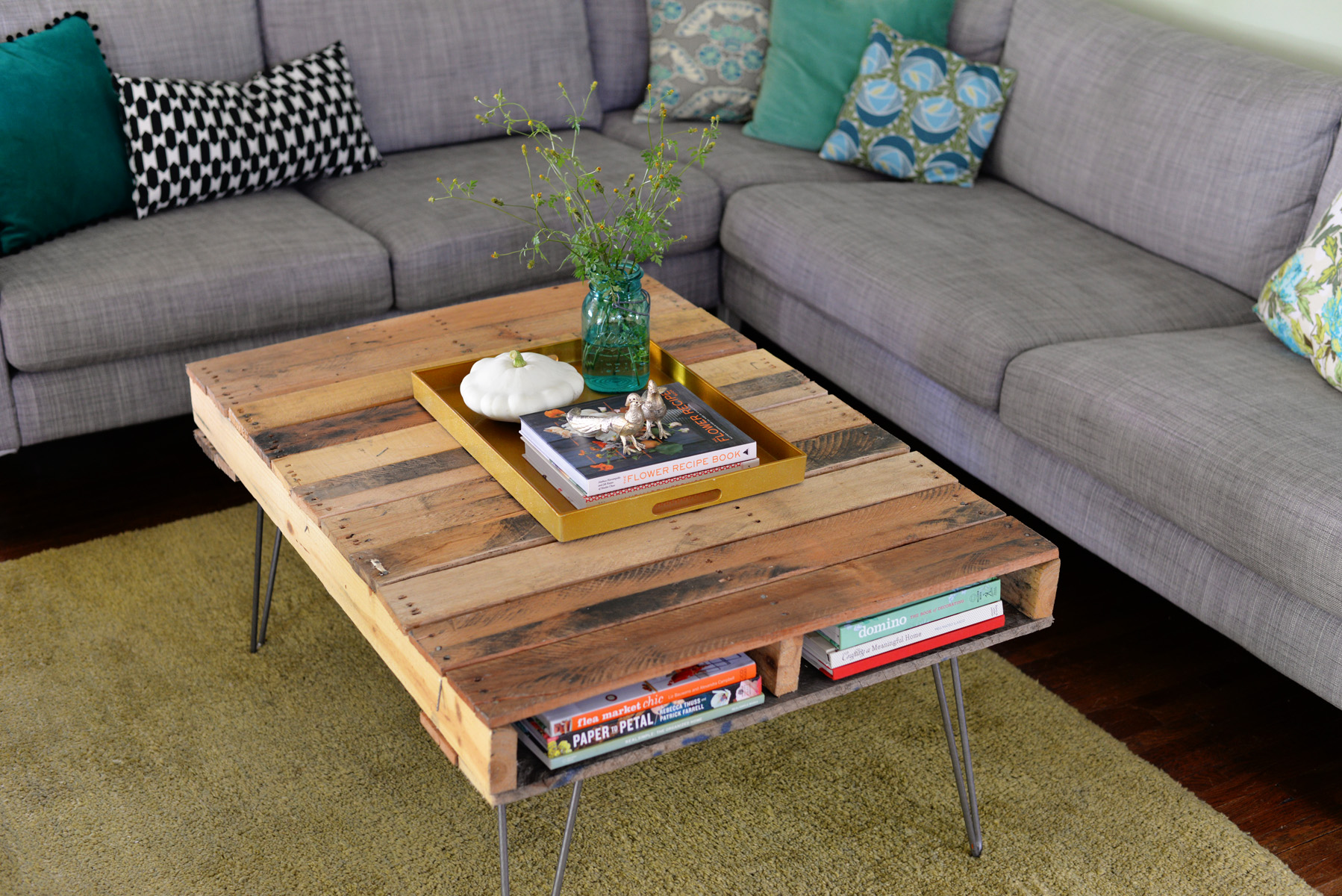 diy pallet table with hairpin legs. Black Bedroom Furniture Sets. Home Design Ideas