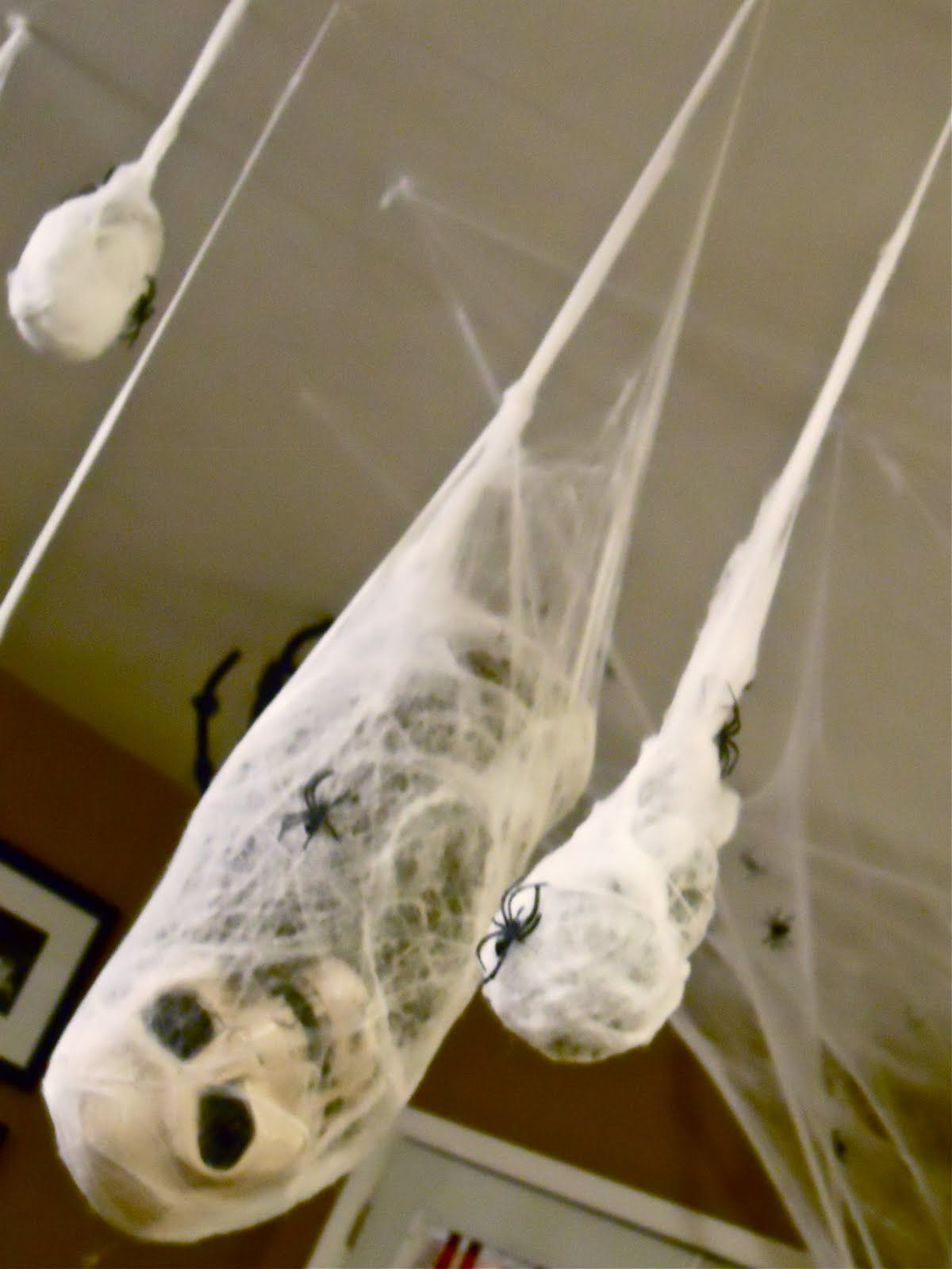 20 super scary halloween decorations How to make easy halloween decorations at home