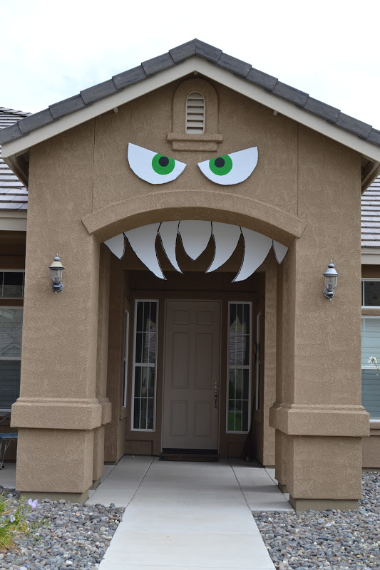 a spooky front entrance - Homemade Halloween House Decorations