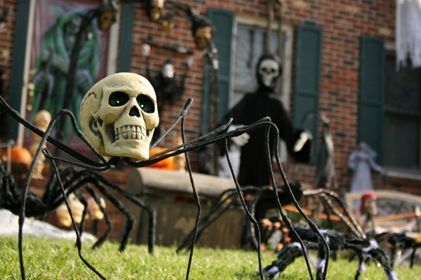 view in gallery - Scary Halloween House Decorations