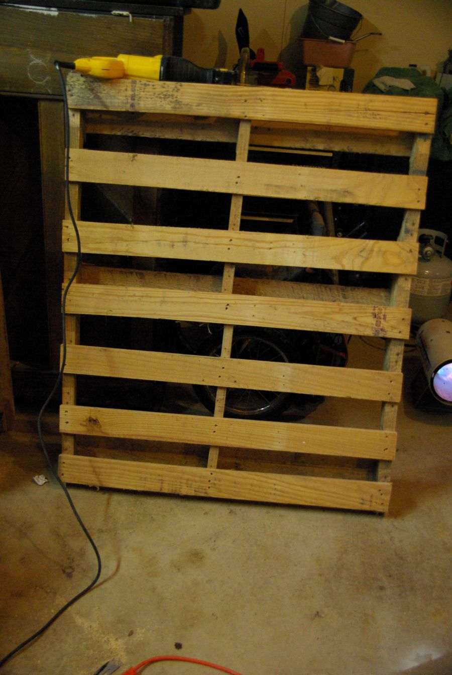 Diy wall mounted wine racks made of pallets solutioingenieria Image collections