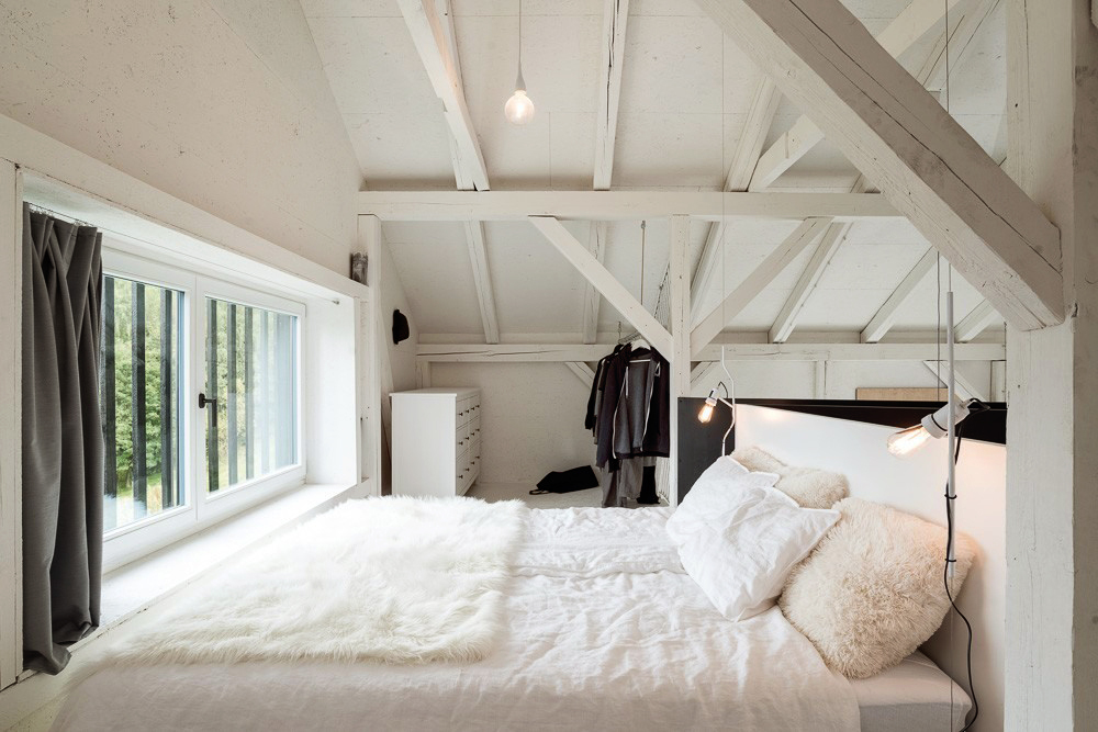 BOOOOX-Barn-bedroom-window