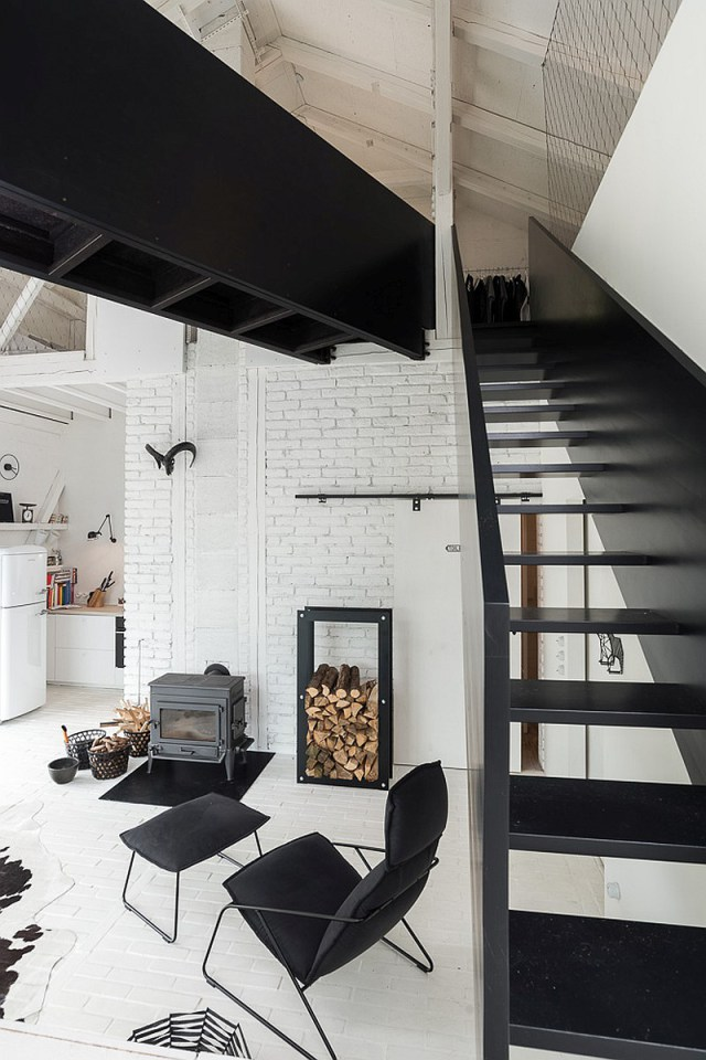BOOOOX-Barn-black-steel-staircase