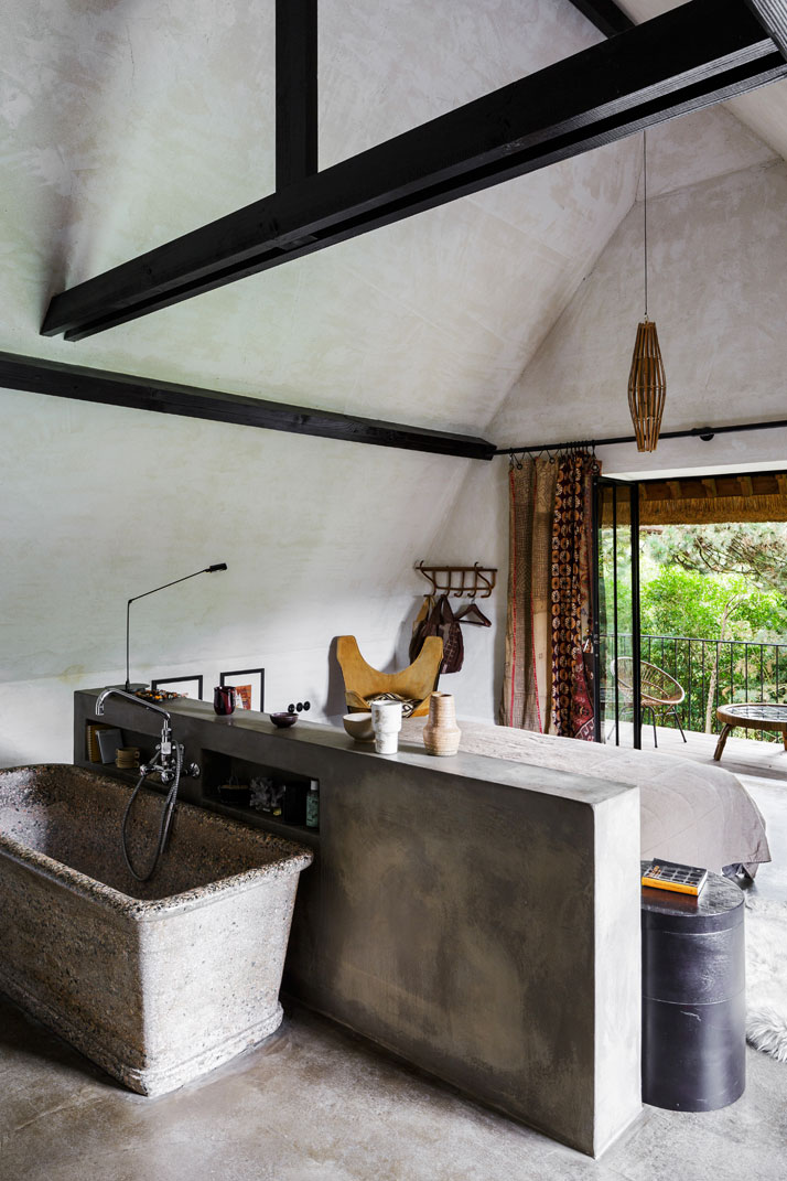 Bea-B&B-master-bedroom-concrete-tub