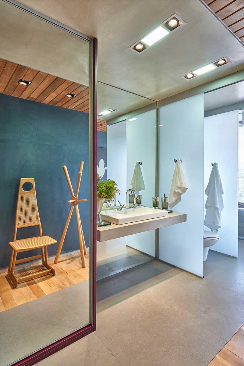 David-Guerra-exhibition-apartment-bathroom