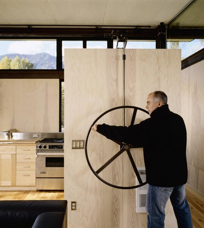 Delta-Shelter-hand-wheel