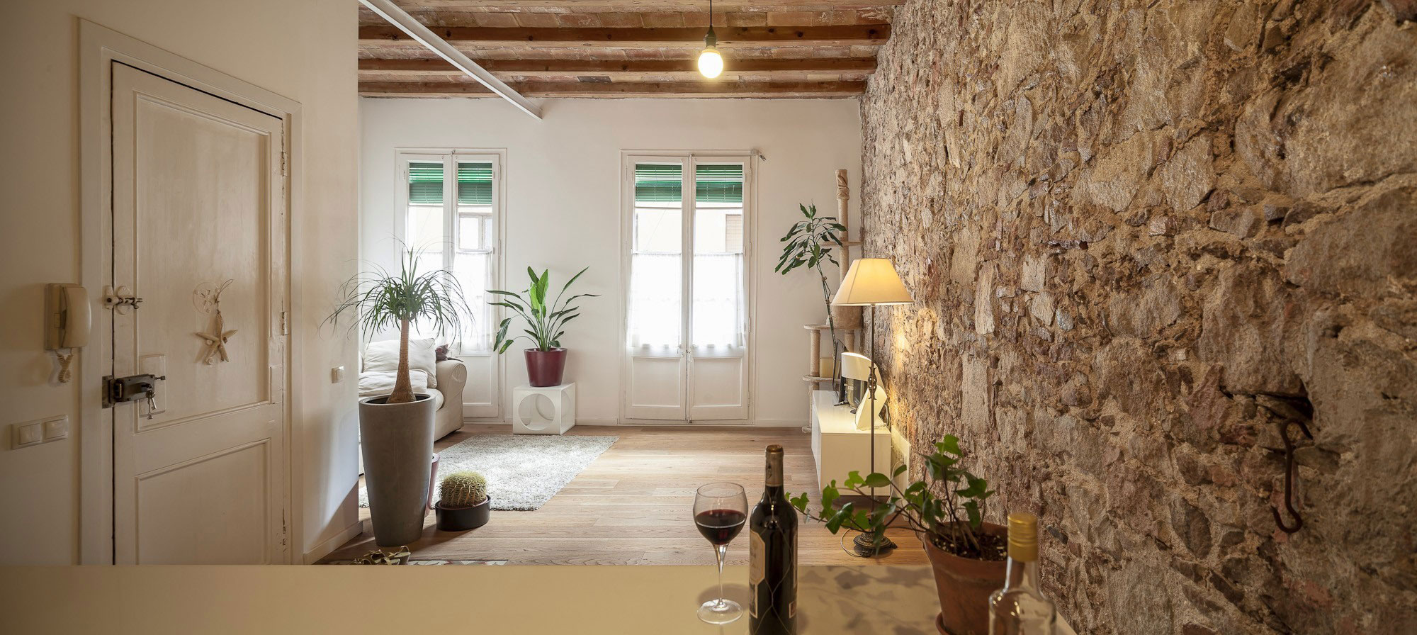 Modern apartment renovation revives its 19th century character - Cocinas de ladrillo rustico ...