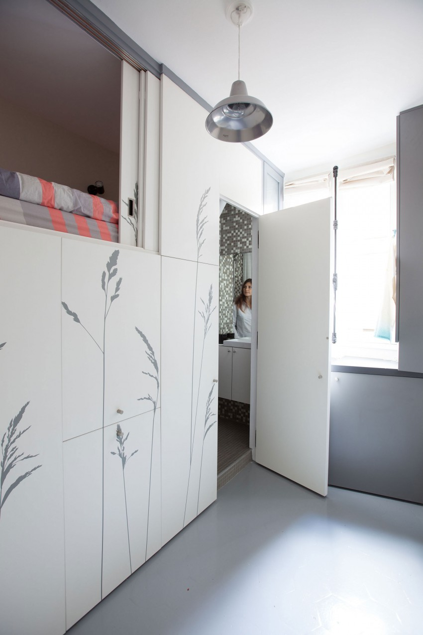 Tiny-Apartment-in-Paris-bathroom-door