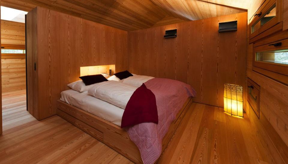 Tyrol-alpine-lodge-corner-bedroom