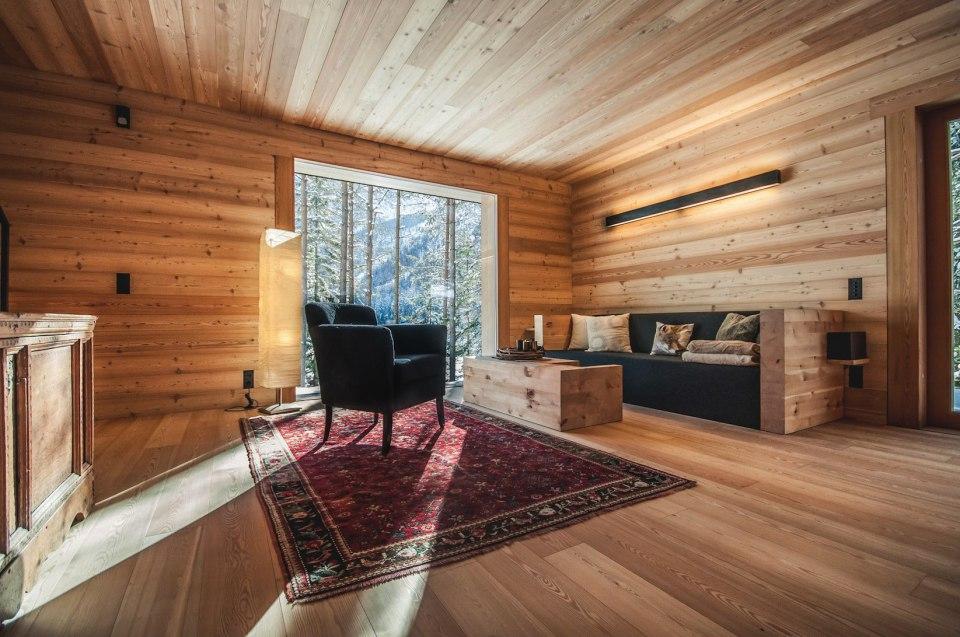 Tyrol-alpine-lodge-seating-area