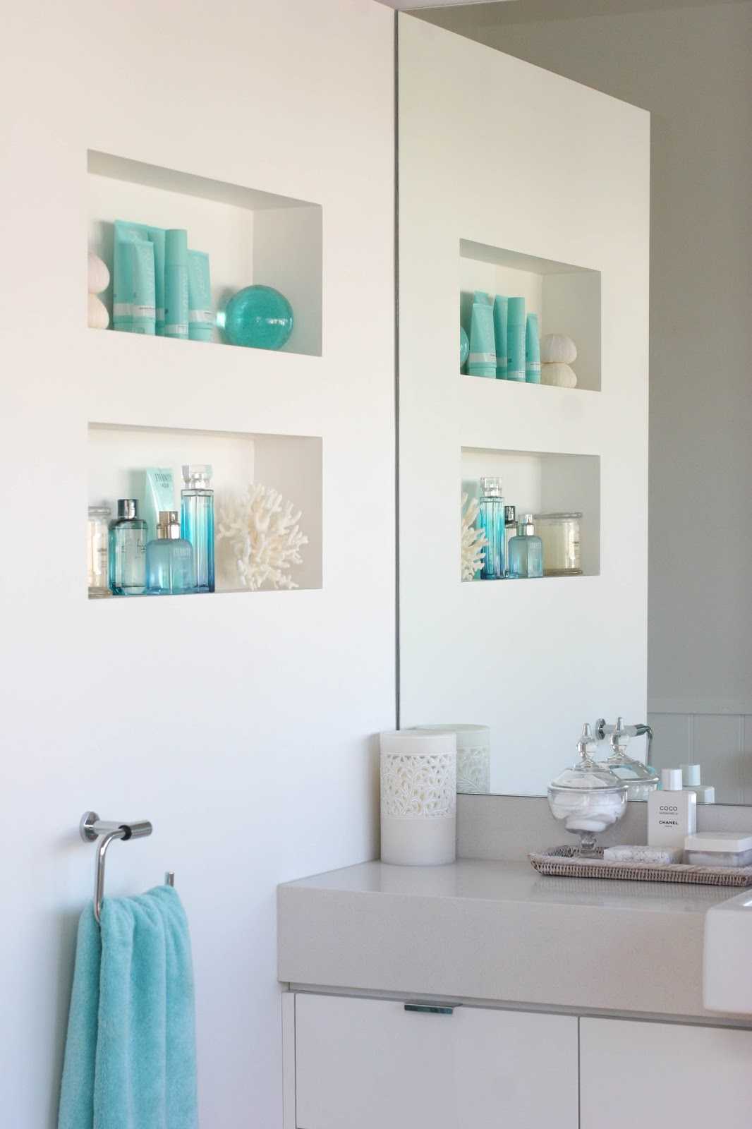 beach-house-bathroom-wall-storage