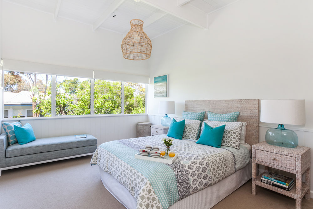 Serene beach house taken over by coastal beauty for Beach house bedroom designs
