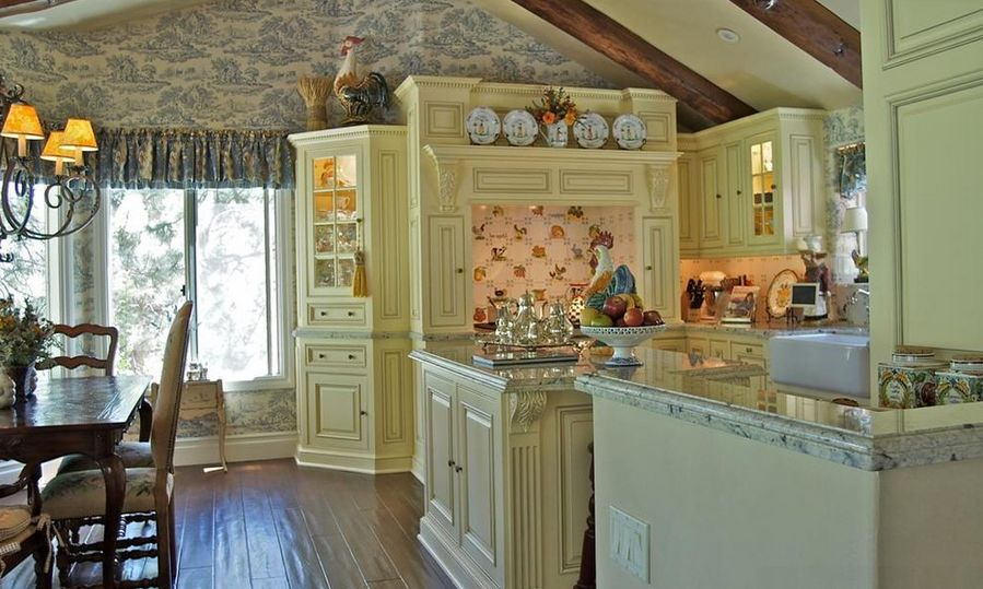20 ways to create a french country kitchen for Country kitchen paint colors