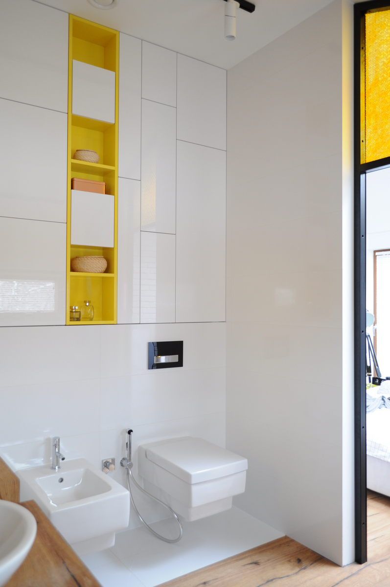 Colorful-apartment-in-Poland-en-suite-bathroom-storage