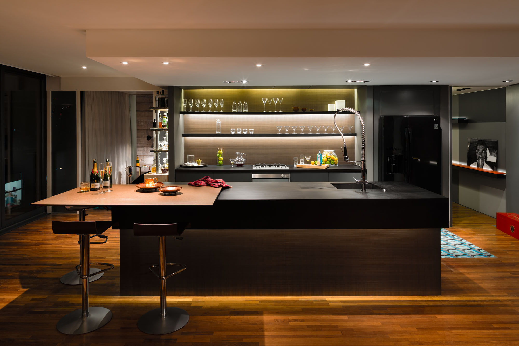 A penthouse that celebrates london with a cutting edge design for Bar interieur maison