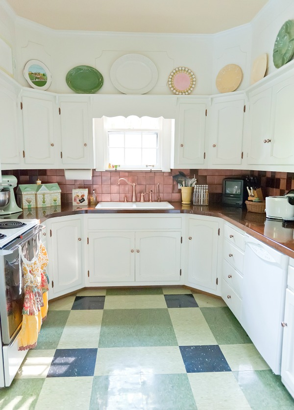 U shaped kitchen with vinyl floor