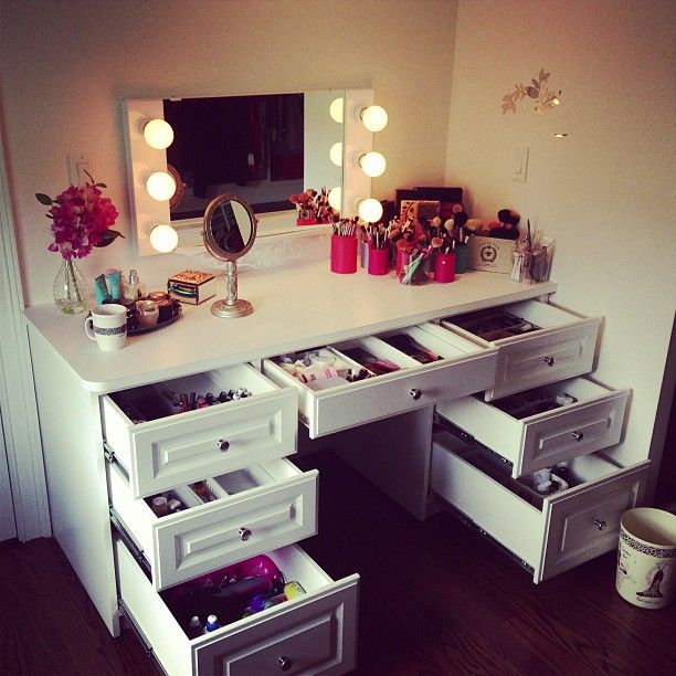 Charmant Bohemian Makeup Vanity Designs With Accent Lights