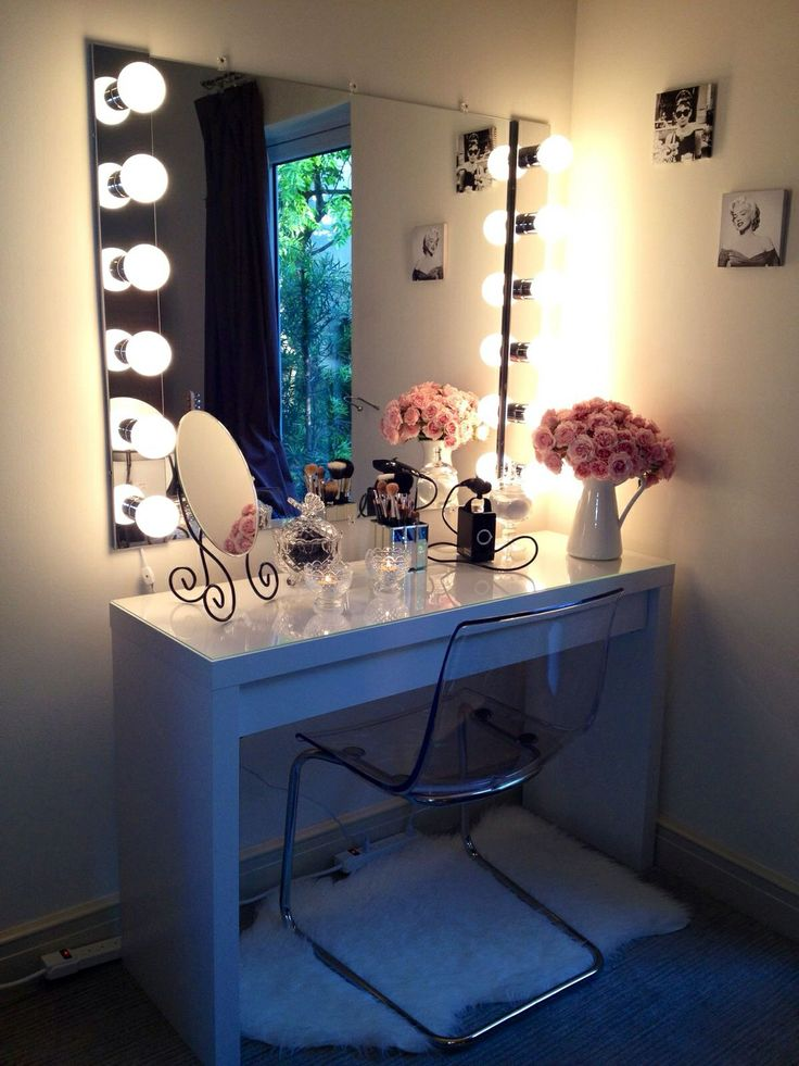 Bohemian makeup vanity designs with accent lights for Chambre a coucher avec coiffeuse