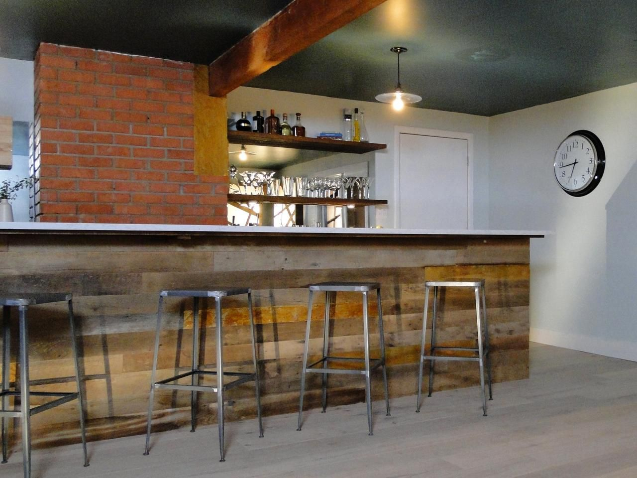 Clever basement bar ideas making your basement bar shine for Meuble comptoir bar professionnel