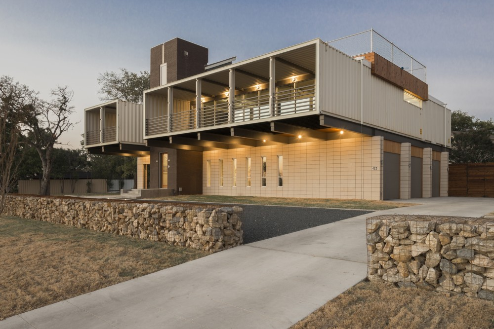 Exposed Steel Structure Links The Residence To Its