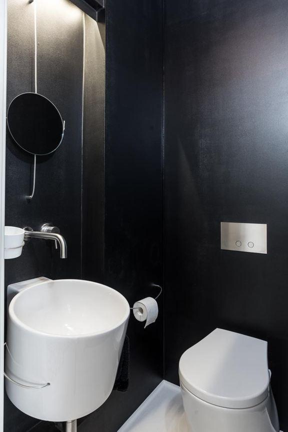 art-nouveau-ap-bathroom-black-and-white