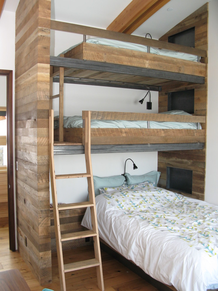Saving space and staying stylish with triple bunk beds for Bedroom ideas for 3 beds