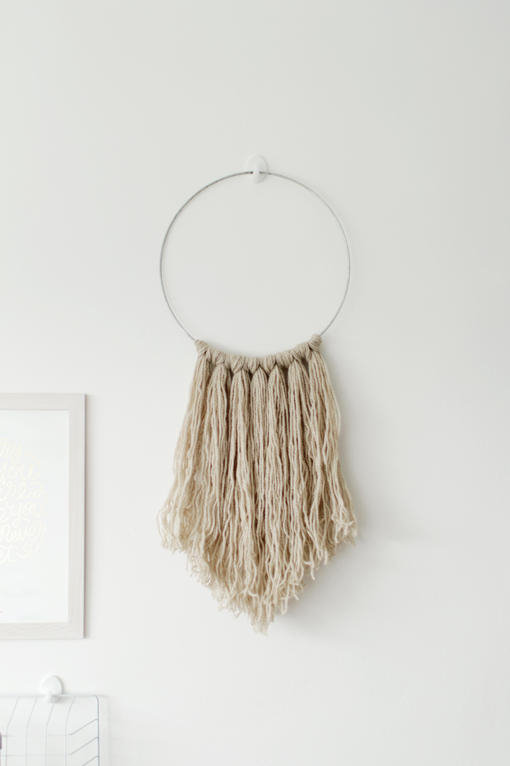 Easy diy yarn fringe wall hanging for Wall hanging